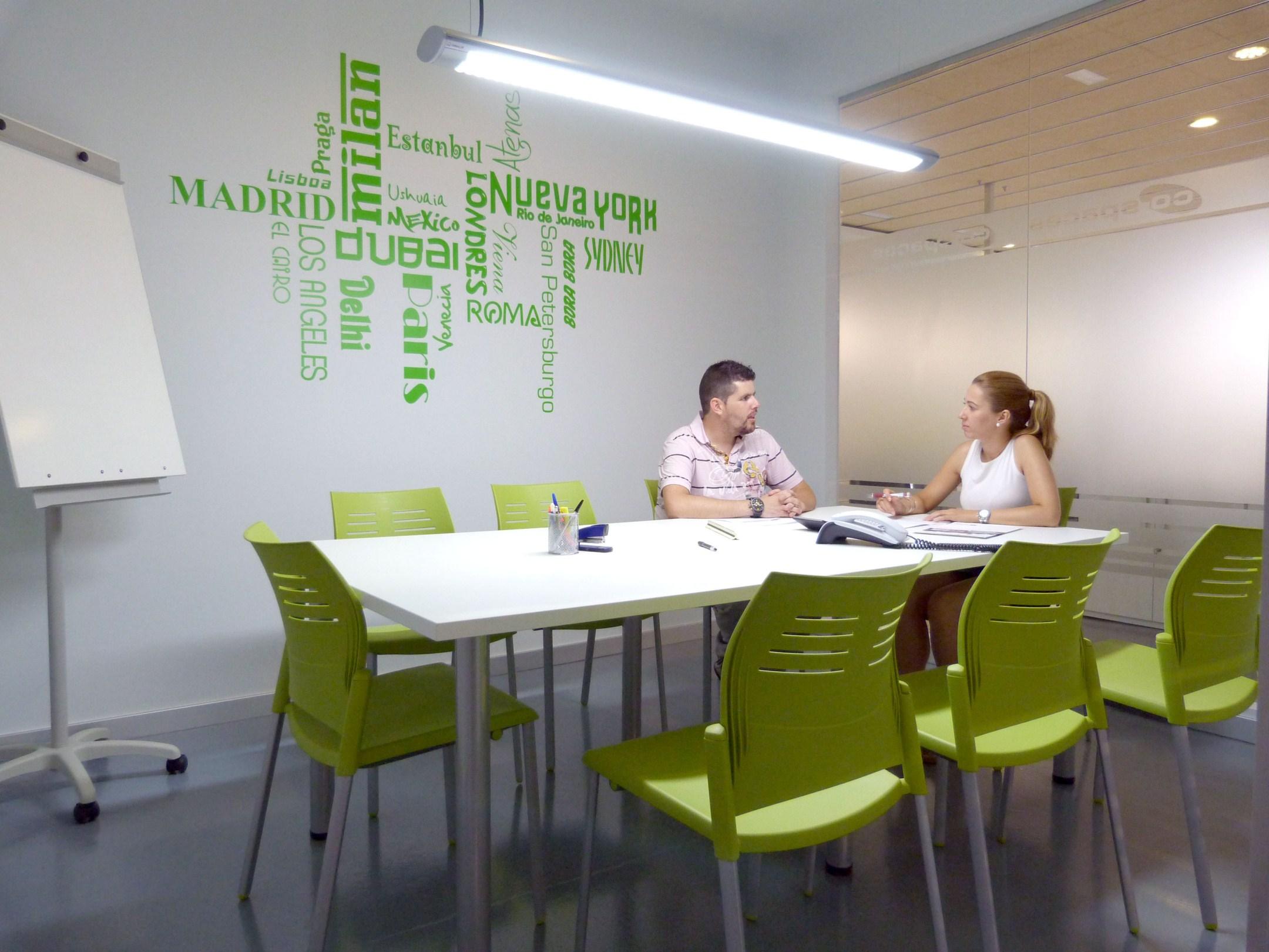 Espacio para conversar con clientes y mantener reuniones con el equipo